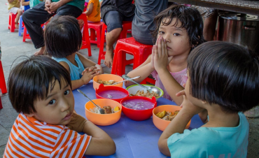 1.600 độc giả VnExpress gửi quà đến trẻ em, người già dịp Tết