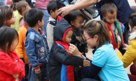 Niềm vui nhận áo ấm ngày rét đậm của học trò biên giới