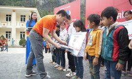 Tặng 400 góc học tập cho gia đình thương binh liệt sĩ Vị Xuyên