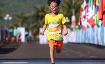 Runner nhí hào hứng trên đường chạy marathon ủng hộ 'Ánh sáng học đường'