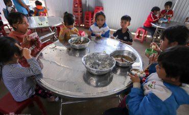 Bữa cơm bán trú trong căn nhà tôn