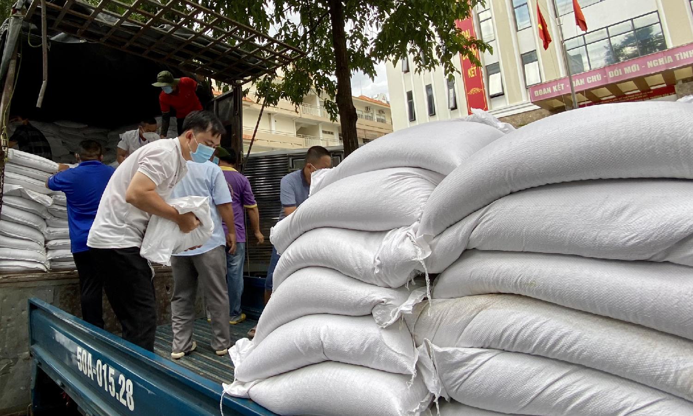 Gần 8.200 'túi gạo nghĩa tình' gửi đến người dân ở tâm dịch