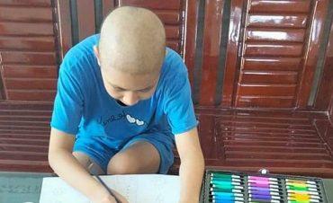 Bé ung thư vẽ tranh cổ vũ tuyến đầu chống dịch