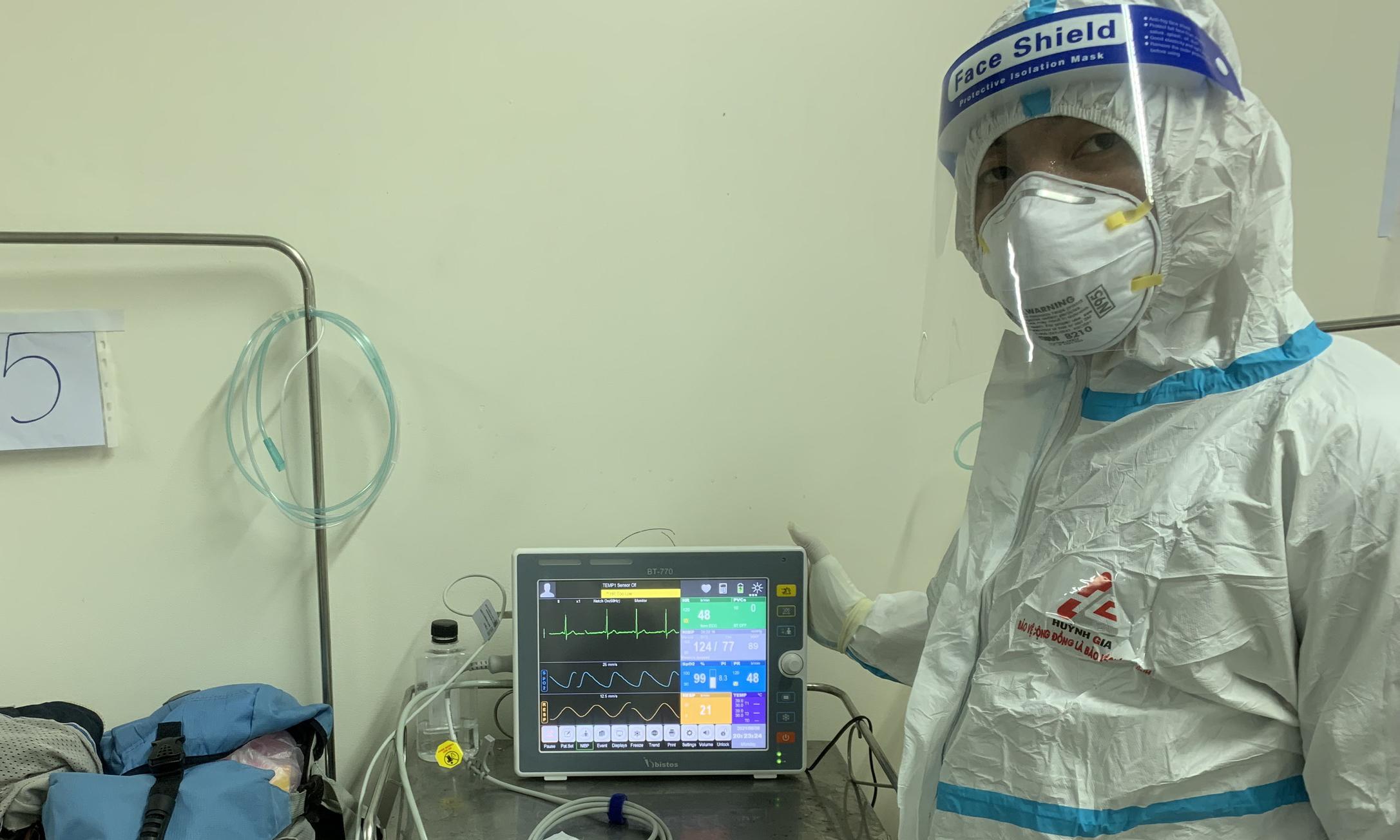 Trao tặng 5 máy monitor hỗ trợ điều trị Covid-19