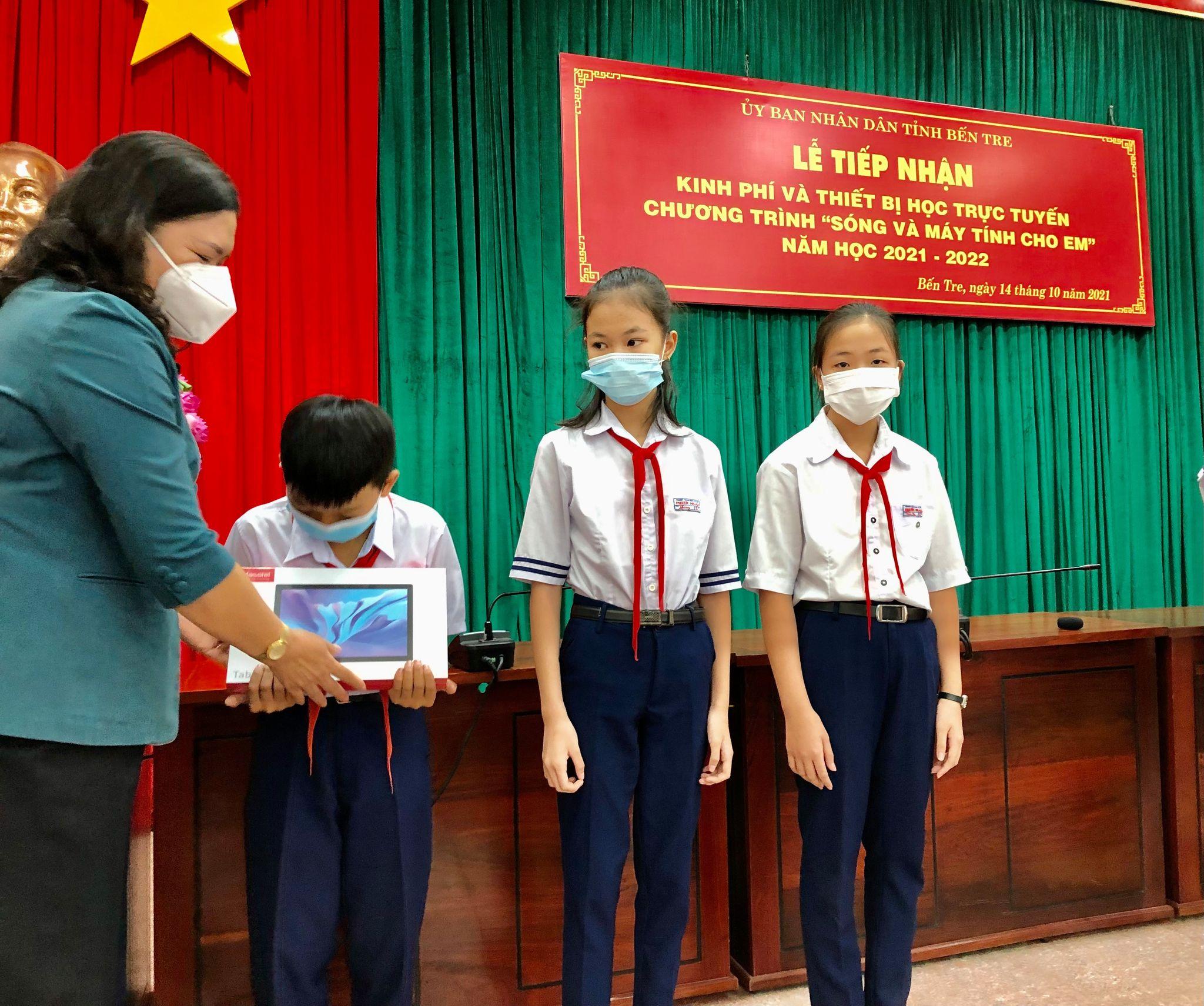 Học trò nghèo xứ dừa nhận máy tính hỗ trợ học online