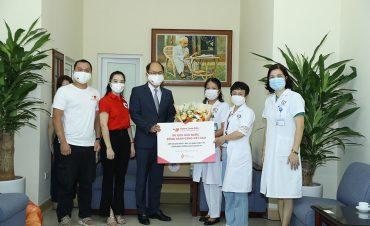 500 suất quà động viên y bác sĩ chống dịch tại Hà Nội